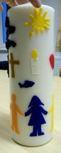Die Kinder haben gemeinsam eine Kerze gestaltet, die nun regelmäßig zu einem Familiengottesdienst angezündet wird.